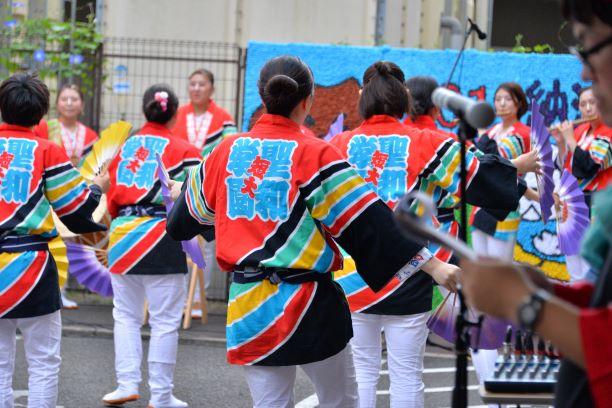 高齢者施設・納涼祭ですずめ踊りを披露