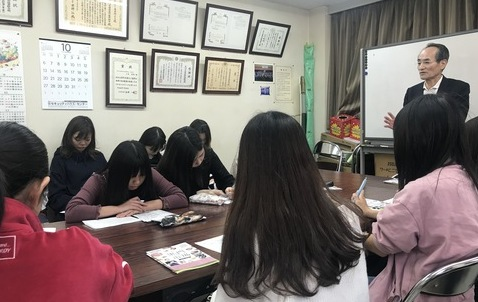 グローバルコミュニケーション学科の2年生が「黒門市場」で学外授業を実施!