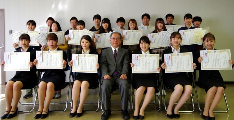 公務員試験(保育士)合格者等に学長表彰と奨励金が授与されました