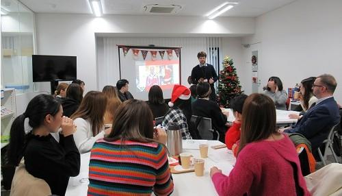 英語教育センターにて「Let's Sing Christmas Carols!」 を開催しました