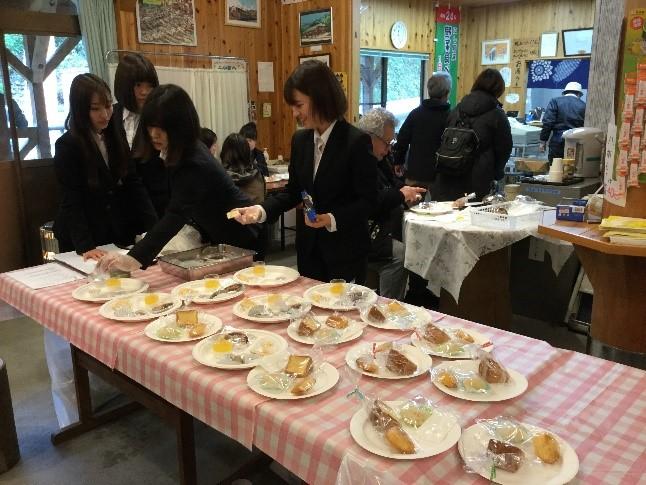 人間健康科食物栄養専攻の学生が八朔を使った商品開発の成果報告会を実施しました