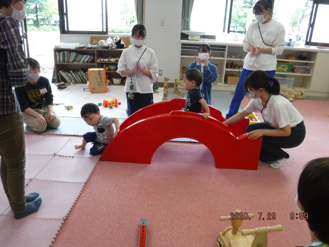 「親と子のひろば」が再開し、親子と学生が楽しく過ごしました。