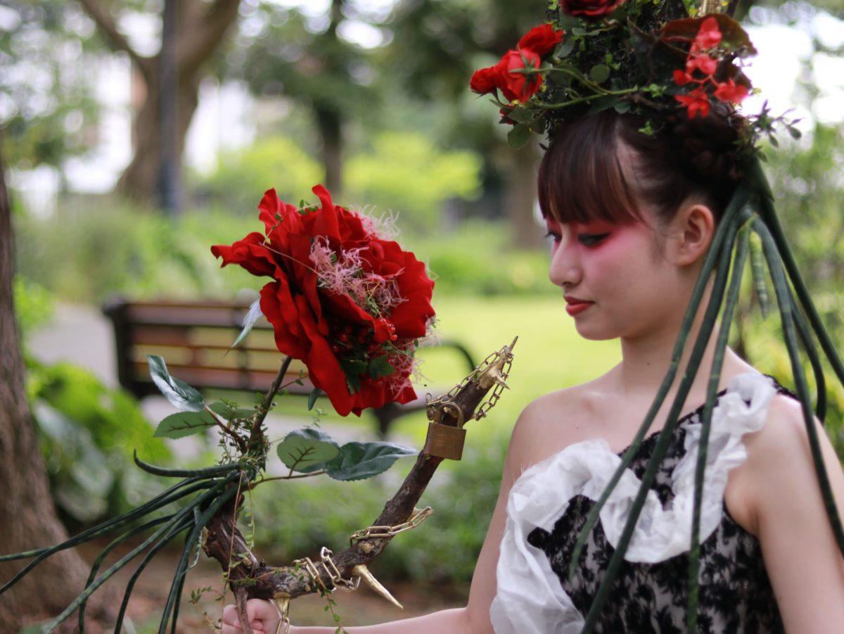 朝月真次郎教授デザインのドレスが「フラワーデザイナー8・9月号」に掲載されました。