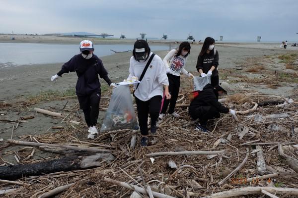 四国大学ゴールデンZクラブが吉野川河口干潟のクリーンアップボランティアに参加しました